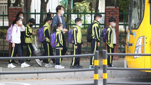 12일 오전 서울 노원구에서 초등학생들이 등교를 하고