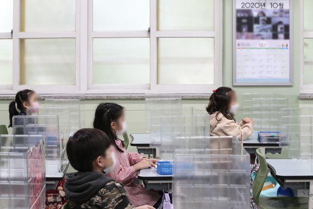 13일 오전 서울 중구의 한 초등학교에서 학생들이 마스크를 쓰고 수업을 받고
