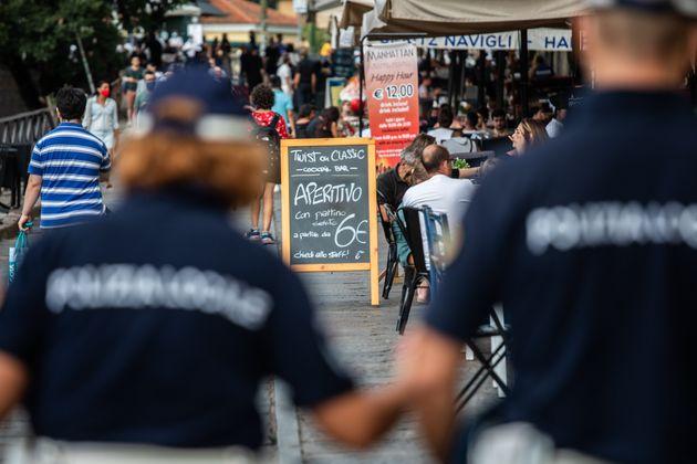 17/08/2020 Milano, controlli della polizia locale sui Navigli all'ora dell'aperitivo per l'obbligo di...