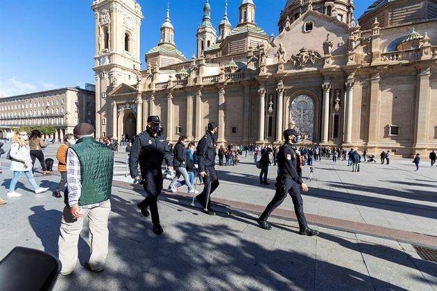 La policía nacional trabaja junto a la fachada de la basílica del Pilar en