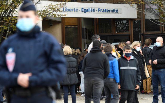 D'après Le Monde, l'assassin de Samuel Paty aurait donné de l'argent à des collégiens pour qu'ils lui...