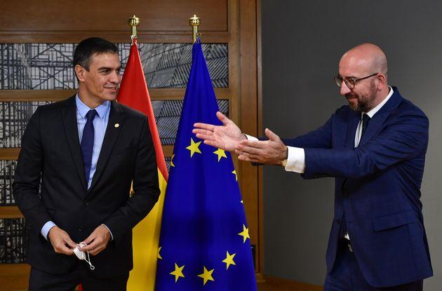 El presidente del Consejo Europeo, Charles Michel, y el presidente del Gobierno, Pedro Sánchez,...