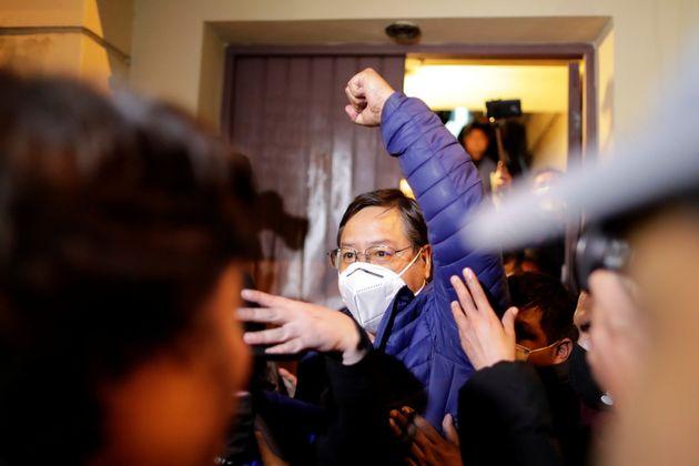 Luis Arce levanta o punho para indicar vitória na eleição presidencial da Bolívia, segundo dados de boca...
