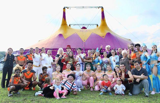 特設テント前に集まる「ポップサーカス」のアーティストやスタッフら(ポップサーカス提供)