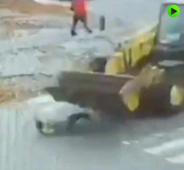 Ουκρανία: Πέρασε τη διάβαση και την πάτησε μπουλντόζα - Σώθηκε από