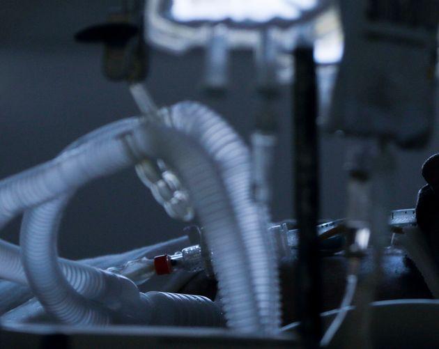 Un paciente con coronavirus en una unidad de cuidados