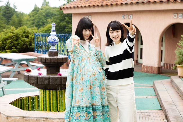 映画『私をくいとめて』で共演する、のんさん(右)と橋本愛さん