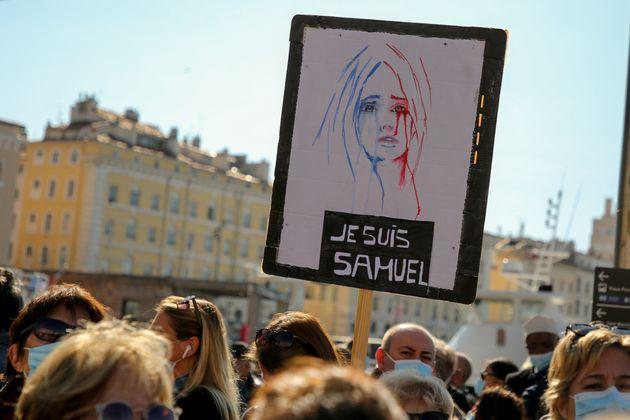 Em Marseille, manifestantes lamentam assassinato do professor Samuel Paty e empunham faixas com dizeres:...