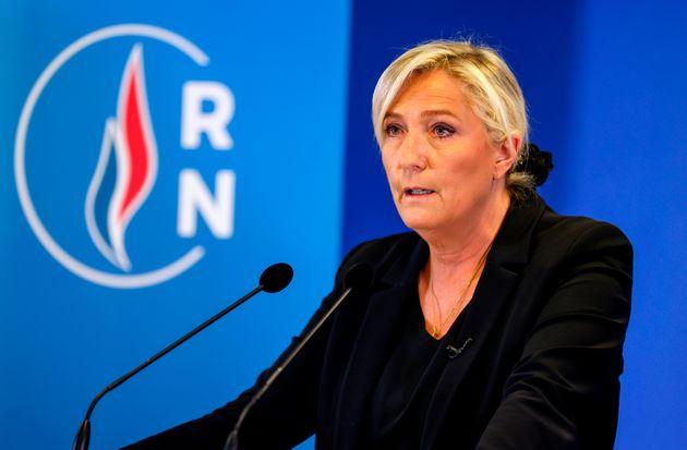 Principal expoente da extrema-direita francesa, Marine Le Pen fala com a imprensa após assassinato...