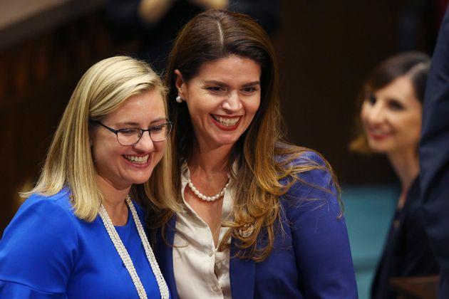 フェニックスのケイト・ガイェゴ市長(左)と並んで笑顔を見せるレジーナ・ロメロ市長(前右)(2020年1月13日撮影)