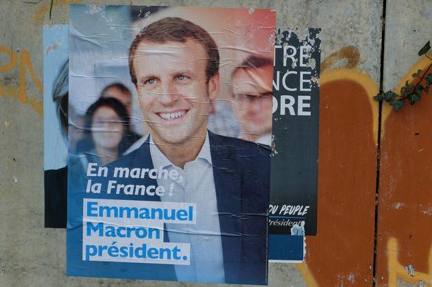 Un affiche de la campage d'Emmanuel Macron pour la présidentielle de 2017 (Photo credit should...