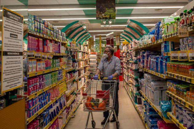 Un hombre compra en un supermercado durante el