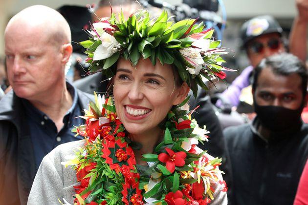 Jacinda Ardern, primera ministra de NUev Zelanda, durante un acto de campaña en un mercado de...