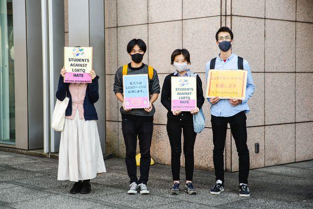 区役所前で抗議のスタンディングを行った学生団体