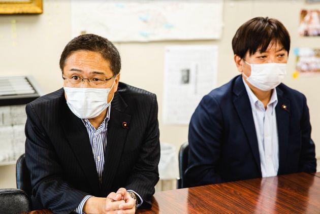 閉会後、囲み取材に応じる区議会自民党の金田正幹事長(左)、工藤哲也副幹事長(右)