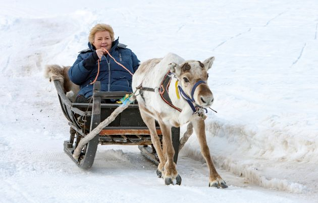 Erna Solberg, en un trineo, una imagen de