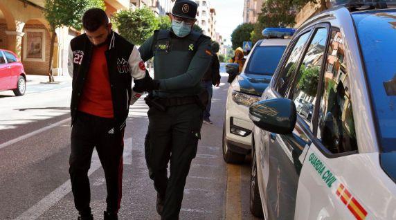 Traslado al Juzgado de Ontinyent (Valencia) de uno de los detenidos por la violación grupal a una menor...