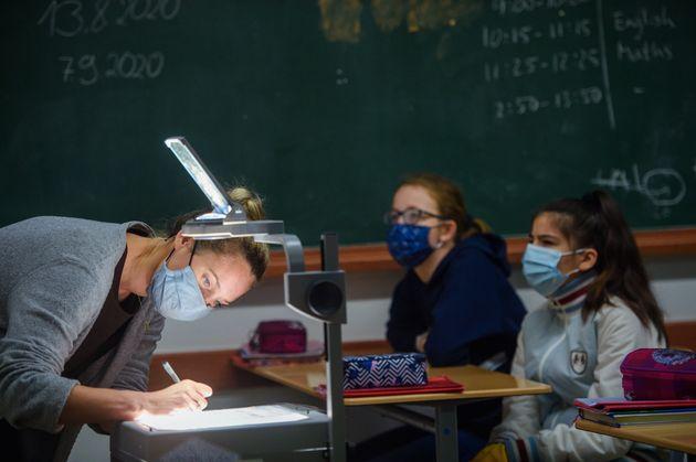 La distribution des masques DIM aux enseignants suspendue (Photo d'illustration by Gregor Fischer/picture...