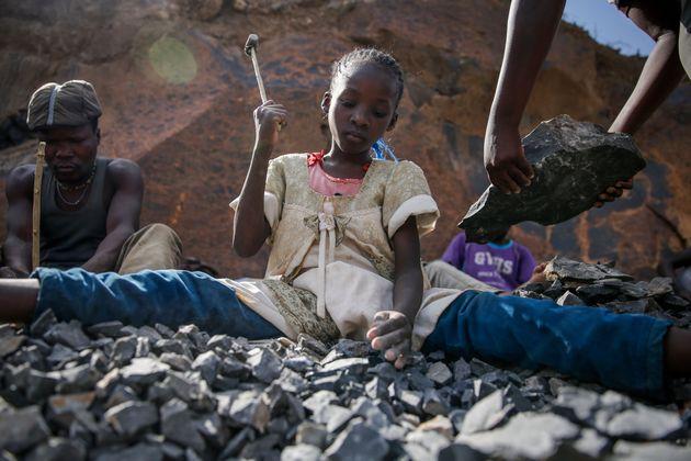 Από μαθήτριες, εργάτριες του σεξ: Η παιδική εργασία οργιάζει στην Κένυα μετά την