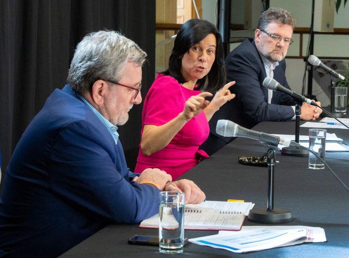 Une femme dans un monde d'hommes : la mairesse Valérie Plante est entourée du maire de Québec, Régis Labeaume, et du maire de Gatineau, Maxime Pedneaud-Jobin, lors d'une conférence de presse, le 18 septembre à Montréal.
