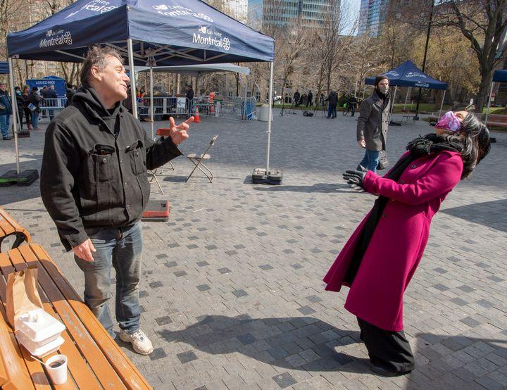 La mairesse Valerie Plante s'esclaffe alors qu'elle discute avec un homme durant la visite d'un centre de sans-abri, en mai. Le sourire de Valérie Plante agit comme vecteur de canalisation et d'évaluation de sa performance politique.