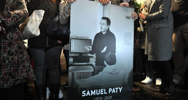 Un hommage à Samuel Paty dans toutes les écoles le 15 octobre (Photo de l'hommage à Samuel Paty par ses collègues le 20 octobre 2020 par BERTRAND GUAY/AFP via Getty Images)