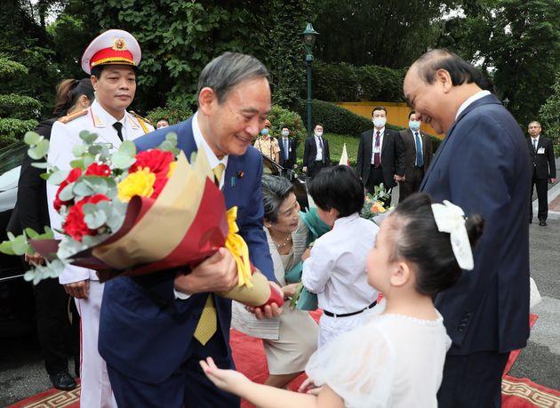 ベトナムでの歓迎式典でノーマスク姿の菅首相