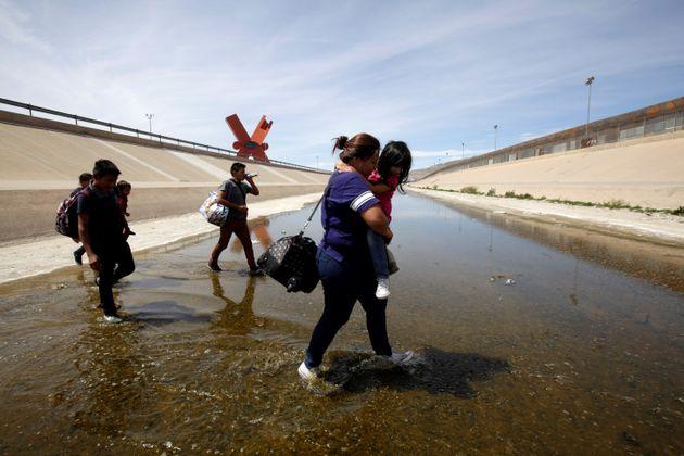 Des migrants d'Amérique centrale traversent le Río Grande depuis Ciudad Juarez, au Mexique,...