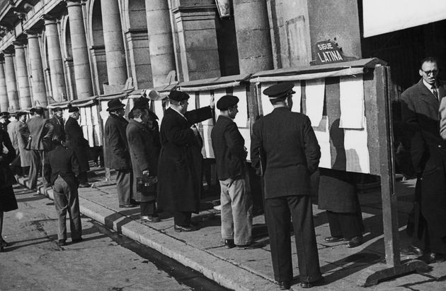 Ciudadanos de Madrid, consultando en 1948 las listas para las mal llamadas elecciones
