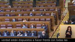 Garriga se dirige directamente a Casado... y las cámaras pillan al líder del PP haciendo