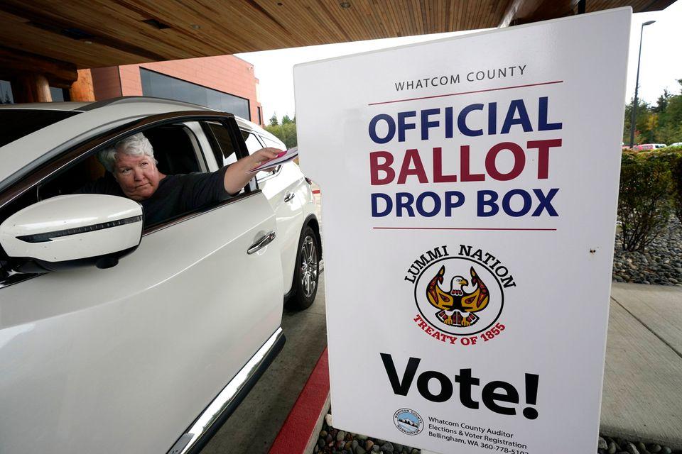 '드라이브 스루' 방식의 투표용지 수거함. 벨링햄, 워싱턴주. 2020년 10월19일. 워싱턴주는 모든 선거를 전면 우편투표 방식으로 실시하는 다섯개 주 중