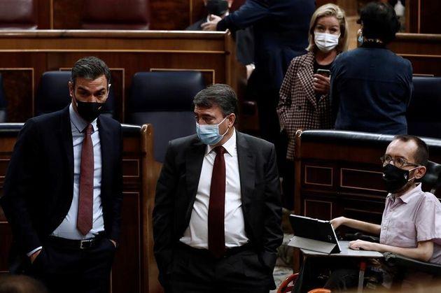 De izquierda a derecha, el presidente del Gobierno, Pedro Sánchez; el portavoz del PNV, Aitor Esteban,...