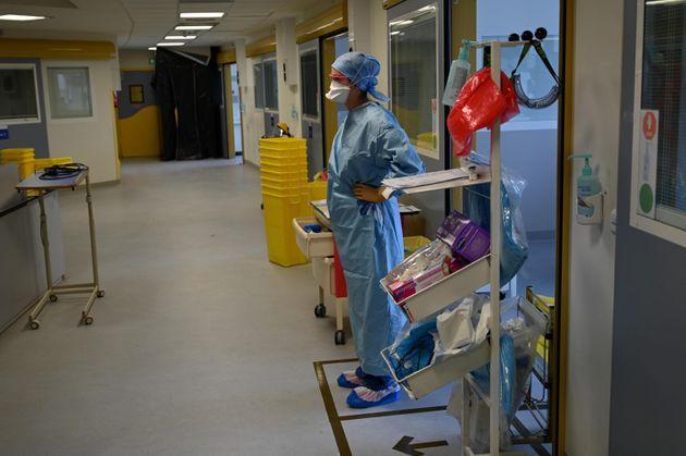 Un membre du personnel soignant aux urgences de la Timone à Marseille le 11 septembre 2020 (Photo...
