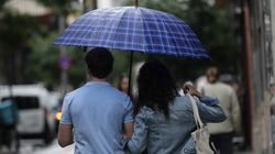 Βγήκαν οι ομπρέλες στην