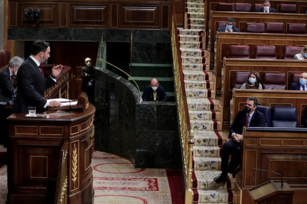 Santiago Abascal, líder de Vox, se dirige al presidente, Pedro Sánchez, desde la tribuna...