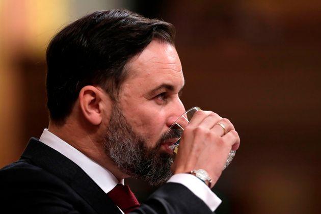 El presidente de Vox, Santiago Abascal, bebe agua durante su intervención en el debate de la moción...