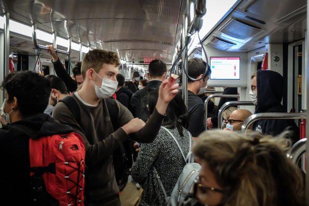 Il virus tiene gli italiani alla larga da metro e bus
