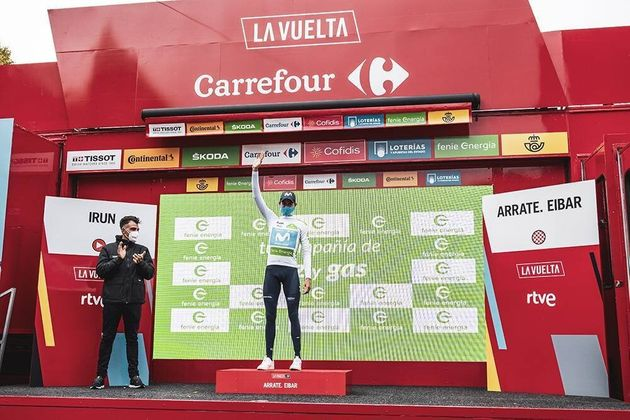 Enric Mas sube al podio como mejor joven tras la primera etapa de La Vuelta