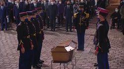 L'entrée émouvante du cercueil de Samuel Paty sur