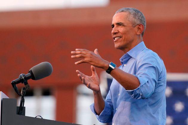 演説するオバマ・アメリカ前大統領=2020年10月21日、ペンシルベニア州フィラデルフィア