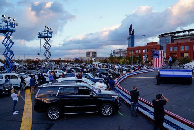 オバマ氏の演説を聞く、車で集まった人たち=2020年10月21日、ペンシルベニア州フィラデルフィア
