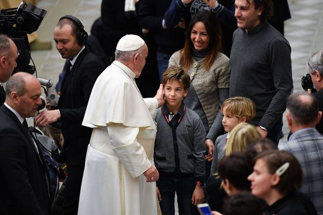 「同性愛者には家族になる権利がある」。フランシスコ教皇が、同性カップル家族は法的に守られるべきだと発言