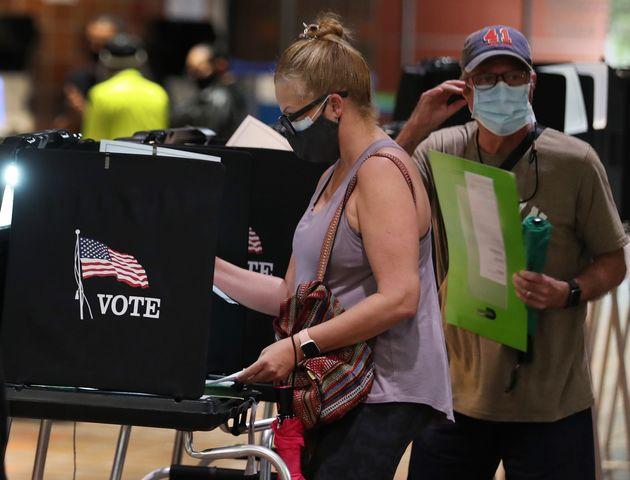 Votantes en un colegio de Miami, Florida, que ha comenzado con las elecciones