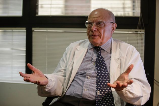 El virólogo Massimo Galli, director del hospital Sacco en Milán, responde a preguntas durante una entrevista...