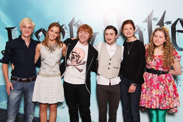 『ハリー・ポッター』出演者、左からトム・フェルトン、エマ・ワトソン、ルパート・グリント、ダニエル・ラドクリフ、ボニー・ライト、ジェシー・ケイブ(2009年7月6日撮影)