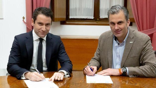Teodoro García Egea (PP) y Javier Ortega Smith (Vox) firman el pacto de Gobierno en