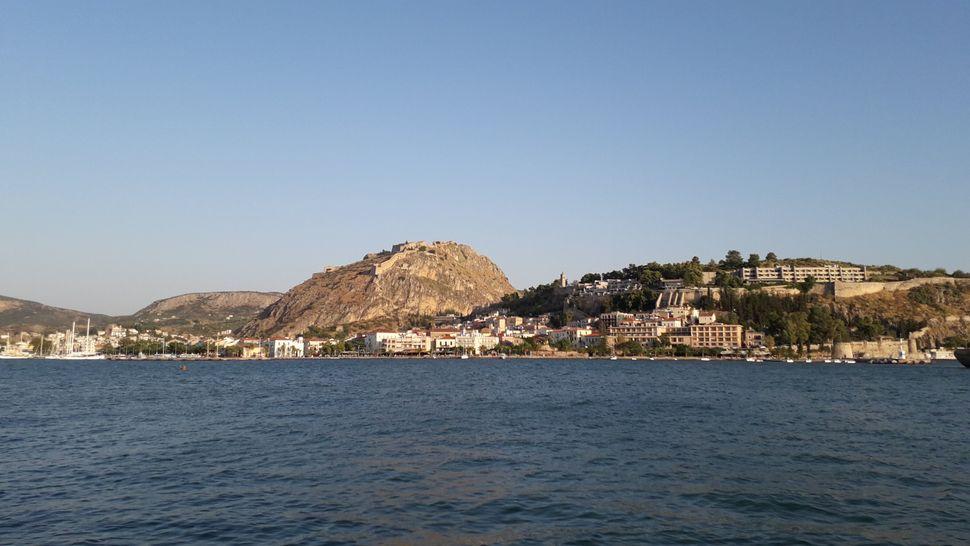 3. Άποψη του Ναυπλίου από το Μπούρτζι. Στο κέντρο στέκει ο ψηλός βράχος του Παλαμηδίου, δεξιά ο χαμηλότερος κατάφυτος βράχος με το κάστρο της Ακροναυπλίας και μπροστά του η κάτω πόλη.