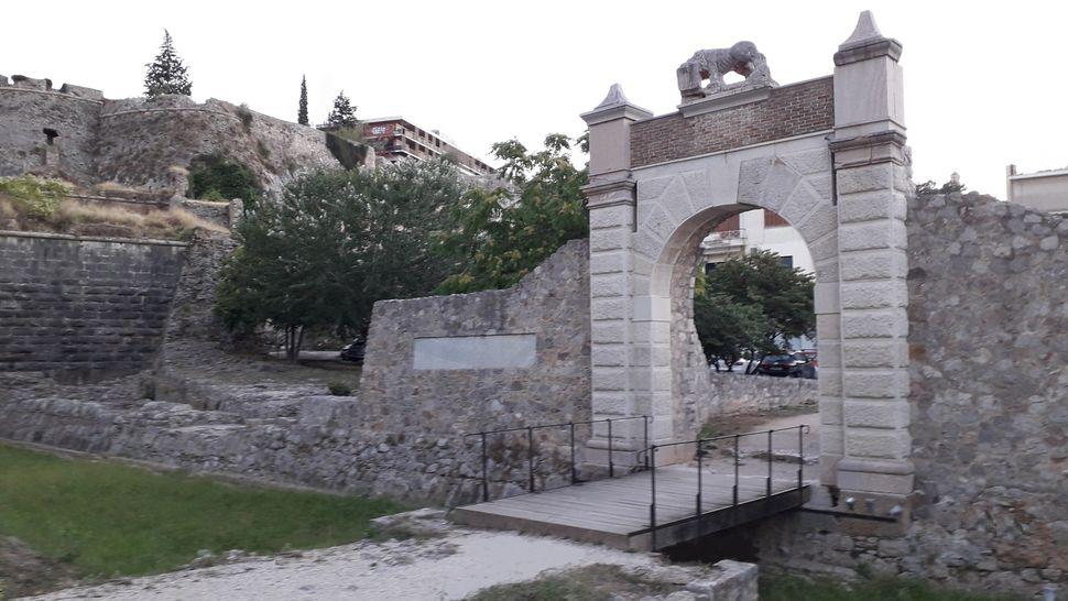 4. Η εξωτερική όψη της Πύλης της Ξηράς. Αριστερά προμαχώνας της Ακροναυπλίας