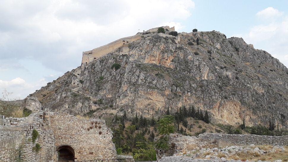 5. Το επιβλητικό κάστρο του Παλαμηδίου. Άποψη από το κάστρο της Ακροναυπλίας.