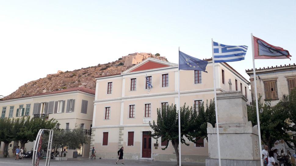 12. Το 1ο Γυμνάσιο του Όθωνα, σήμερα το Δημαρχείο της πόλης